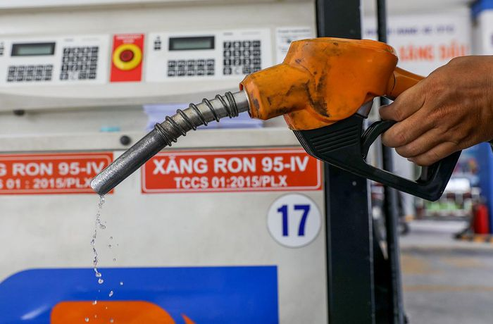 Giá xăng tăng lần thứ 9 liên tiếp