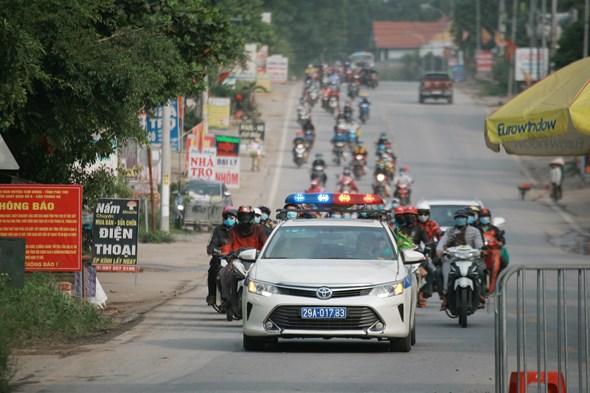 CSGT Hà Nội hỗ trợ hàng trăm người từ vùng dịch phía Nam vững tâm qua Thủ đô