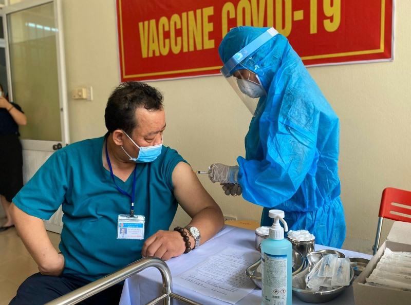 Đà Nẵng tiêm vaccine Covid-19 cho nhân viên y tế