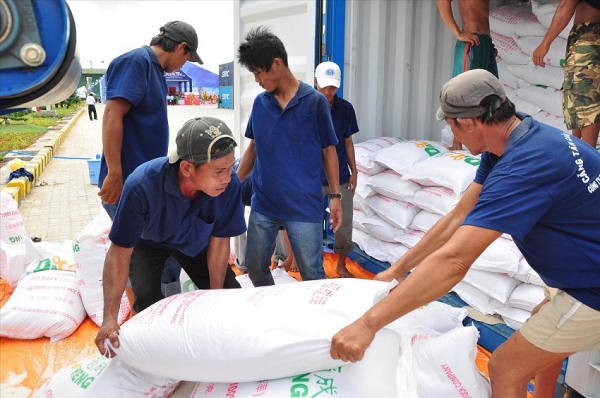 Hà Nội gửi tặng TP.HCM và tỉnh Bình Dương 6.000 tấn gạo