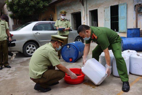 """Hơn 1.500 lít mỡ gà bẩn """"màu đen"""" trên đường đưa về Bắc Giang bị chặn, thu giữ"""