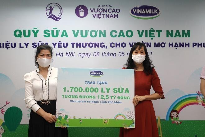 Vinamilk và Quỹ sữa Vươn cao Việt Nam trao tặng 1,7 triệu ly sữa cho trẻ em có hoàn cảnh khó khăn