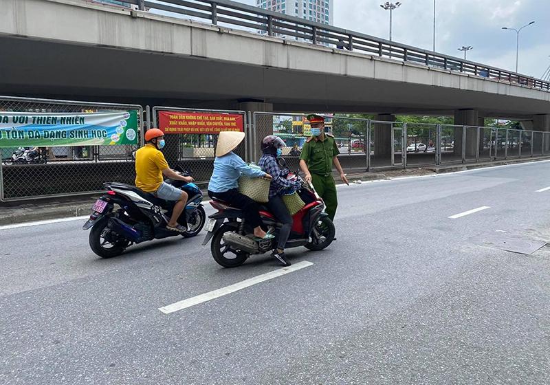 Công an Hà Nội xử phạt gần 300 trường hợp vi phạm quy định về giãn cách xã hội