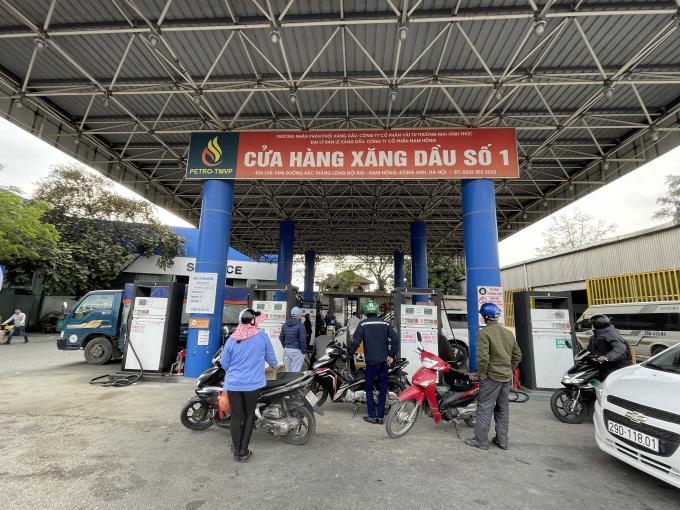 Giá xăng tăng vọt lên gần 17.000 đồng /lít