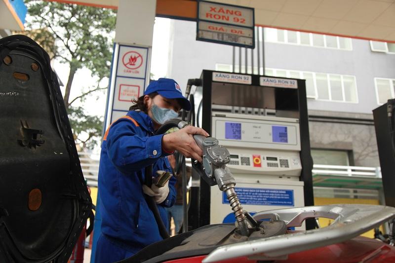 Giá xăng dầu tăng: Thêm gánh nặng chi phí