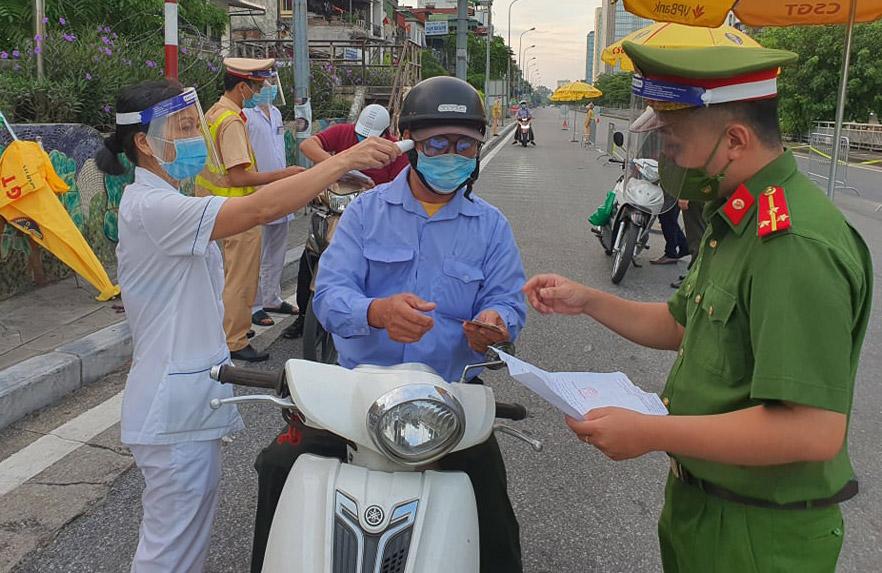 Hà Nội tăng cường nhắc nhở, tuyên truyền việc sử dụng giấy đi đường mới