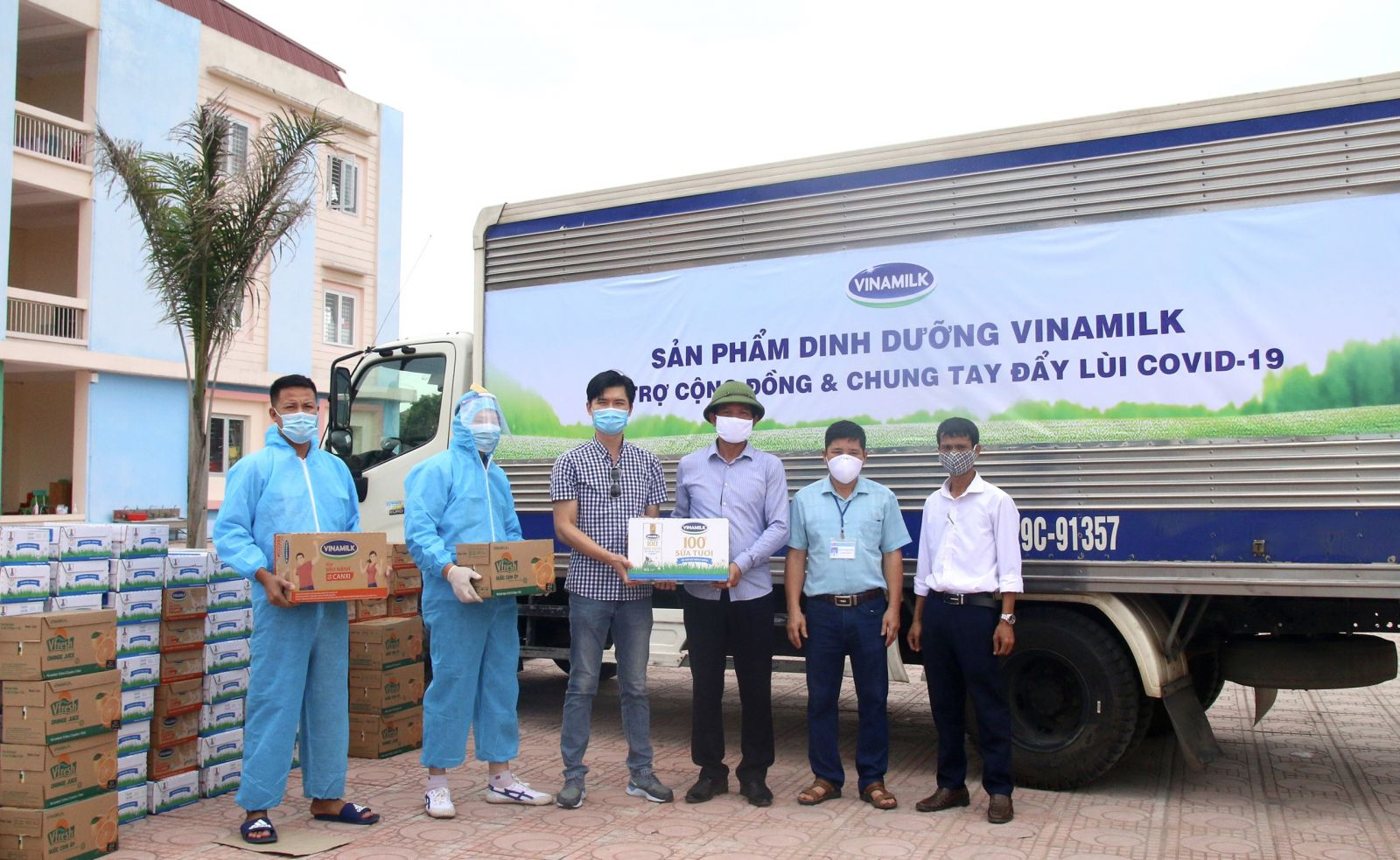 Vinamilk tiếp sức gần 200.000 sản phẩm cho lực lượng y tế và người dân tại các tâm điểm dịch