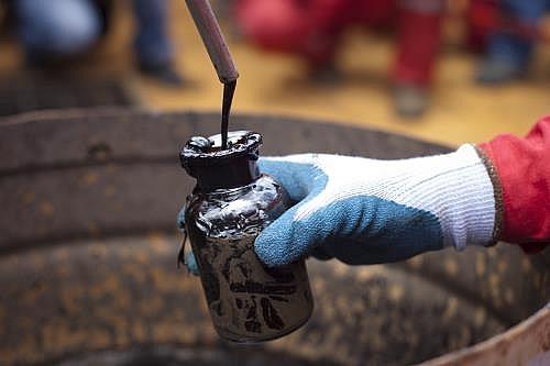 Thị trường dầu thô tiếp tục chìm lắng
