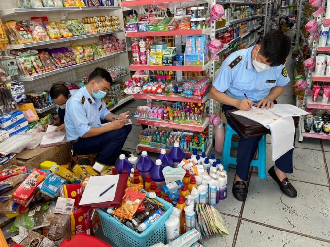 """Lào Cai: Phát hiện cửa hàng """"Gì cũng có"""" kinh doanh nhiều hàng lậu"""