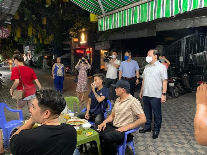 Sau 23h, nhà hàng vẫn bán lẩu giữa phố, Phó Chủ tịch Hà Nội phê bình cơ sở, yêu cầu xử lý nghiêm