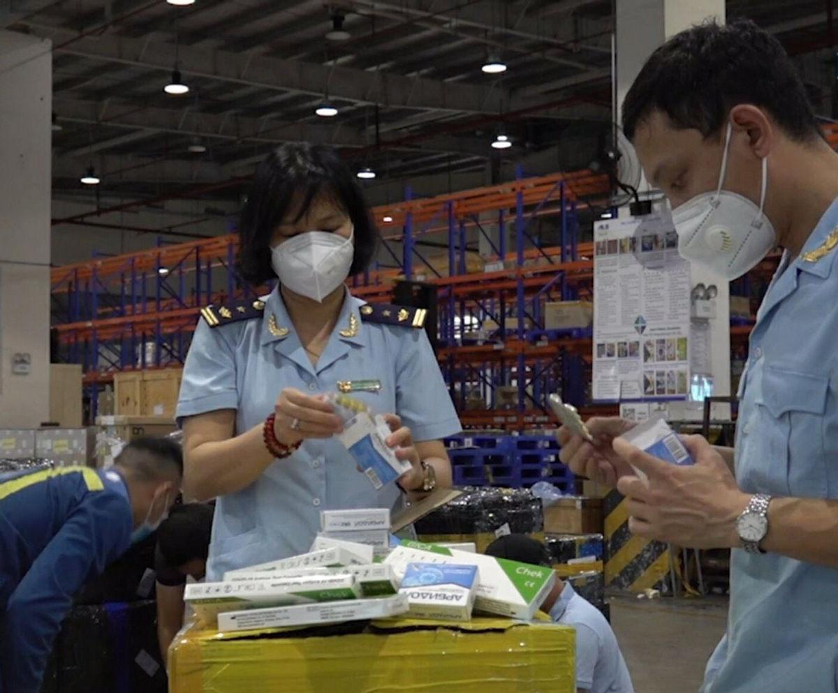 Hải quan bắt giữ hàng trăm hộp thuốc, thiết bị y tế chống dịch nhập khẩu trái phép