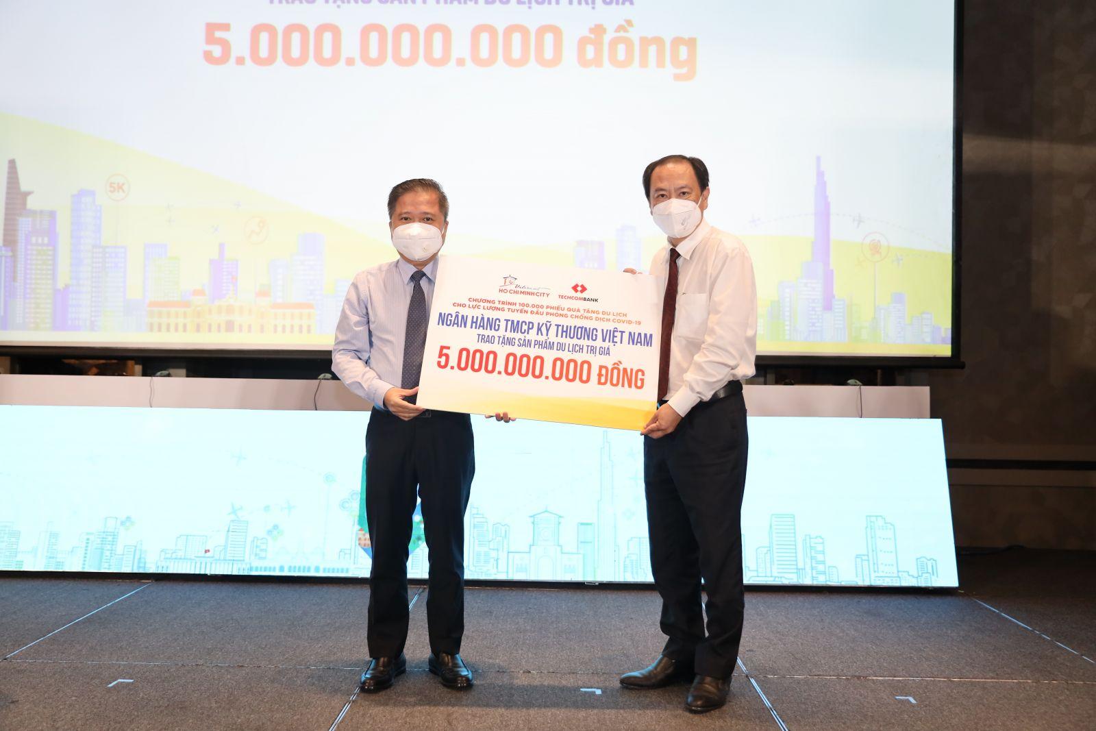 Techcombank trao tặng 5 tỷ đồng tri ân lực lượng tuyến đầu chống dịch tại TP.HCM