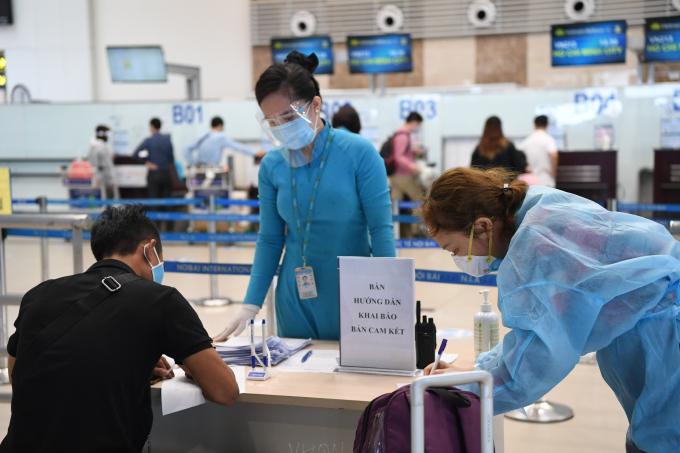 Hành khách đi máy bay tiếp tục phải tuân thủ yêu cầu mới