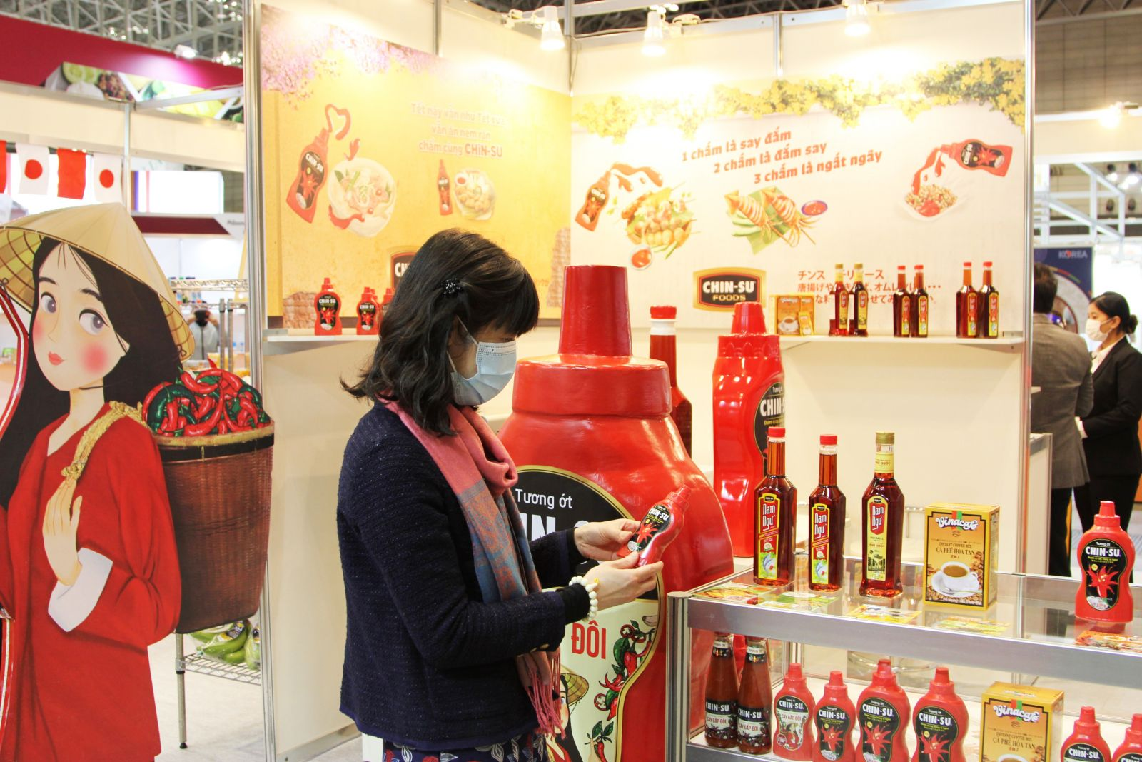 Khách hàng tham quan gian hàng sản phẩm Masan Consumer tại Foodex Japan 2021 - Nguồn TTXVN
