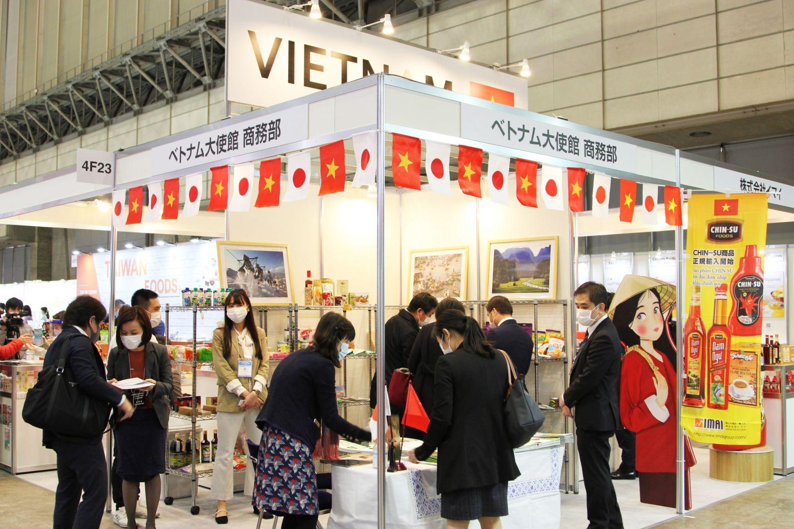 Tại gian hàng, du khách được nếm thử tương ớt Chin-Su với đặc sản Nhật Bản: Tokoyaki (bánh bao nhân bạch tuộc hấp)