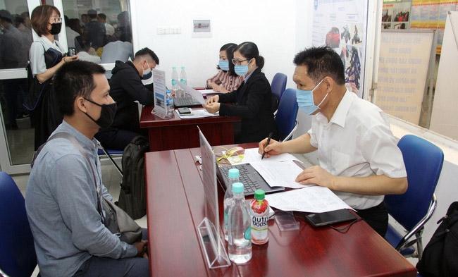 Trao cơ hội việc làm cho người lao động là một trong những giải pháp giảm nghèo trên địa bàn thành phố Hà Nội. (Trong ảnh: Tư vấn việc làm cho người lao động tại Trung tâm Dịch vụ việc làm Hà Nội, quận Cầu Giấy)
