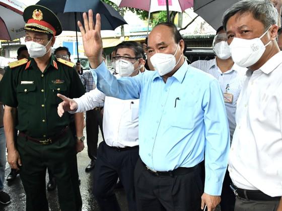 Chủ tịch nước Nguyễn Xuân Phúc kiểm tra công tác phòng, chống dịch COVID -19 tại thị trấn, Hóc Môn, huyện Hóc Môn.