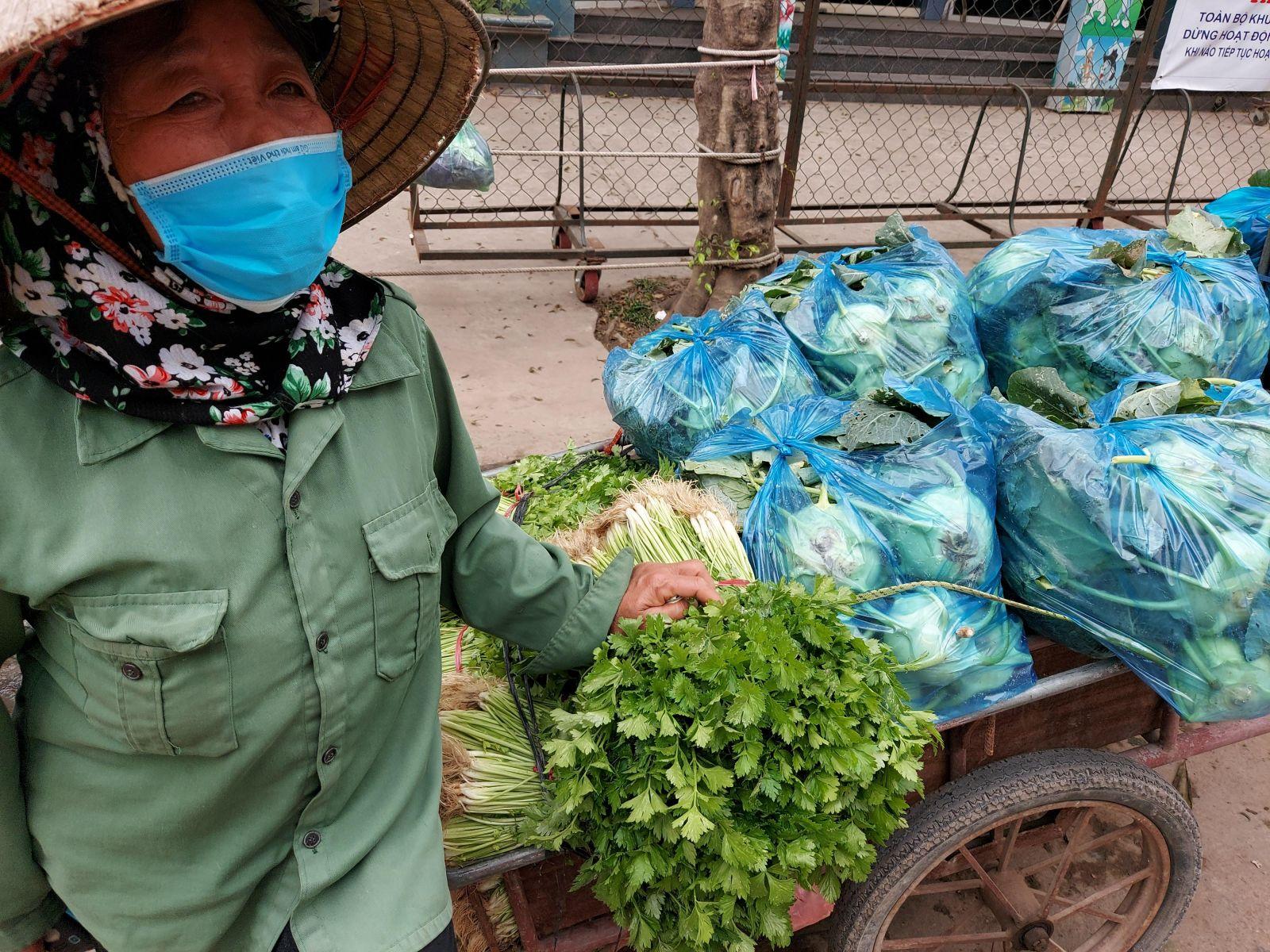Người nông dân huyện Mê Linh (Hà Nội) thất vọng bên xe rau không ai mua dù giá chỉ 1000đ/kg (Tháng 2/2021)