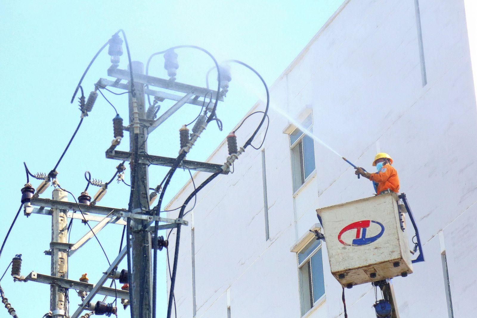 Công ty Điện lực Đà Nẵng vệ sinh sứ bằng nước áp lực cao tại khu ký túc xá phía Tây – nơi được trưng dụng làm khu cách ly tập trung các trường hợp liên quan đến các bệnh nhân nhiễm Covid-19 tại Đà Nẵng.