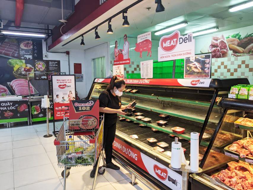 người dân chọn mua thịt sạch