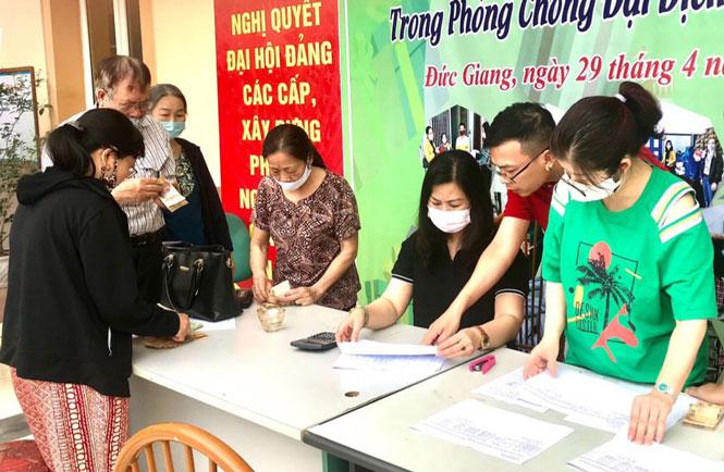 Người lao động trên địa bàn quận Long Biên nhận hỗ trợ từ gói an sinh xã hội vào năm 2020.