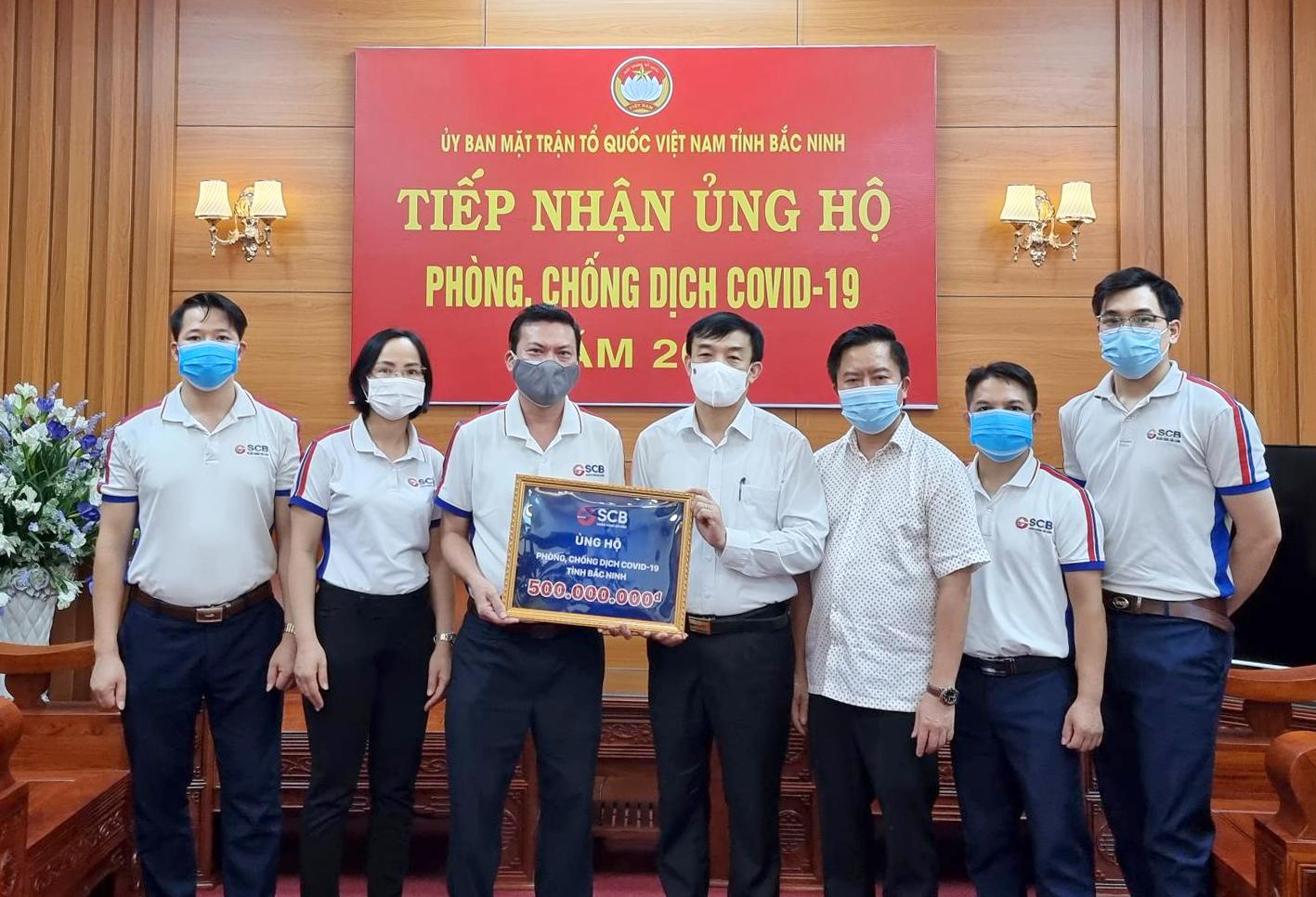 SCB trao tặng 500 triệu đồng cho UBMTTQ tỉnh Bắc Ninh.