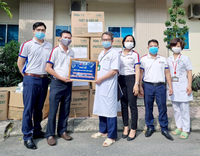 SCB trao tặng 300 bộ đồ phòng hộ cho Đại diện Bệnh viên Đa khoa tỉnh Bắc Ninh.