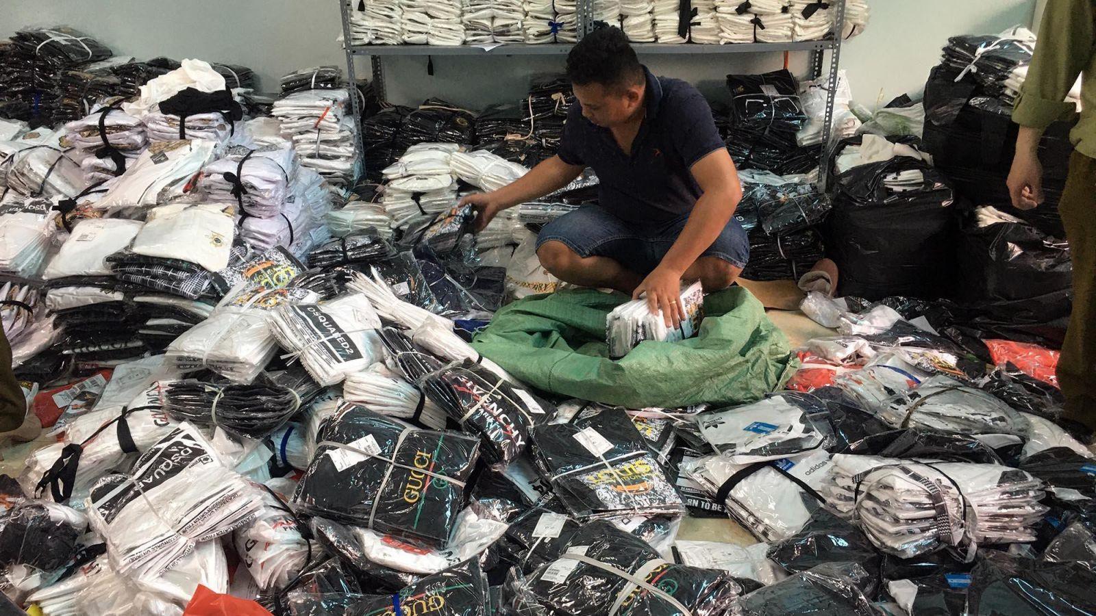 Hà Nội: Triệt phá kho hàng chứa hàng ngàn sản phẩm giả các nhãn hiệu LV, Gucci, Nike