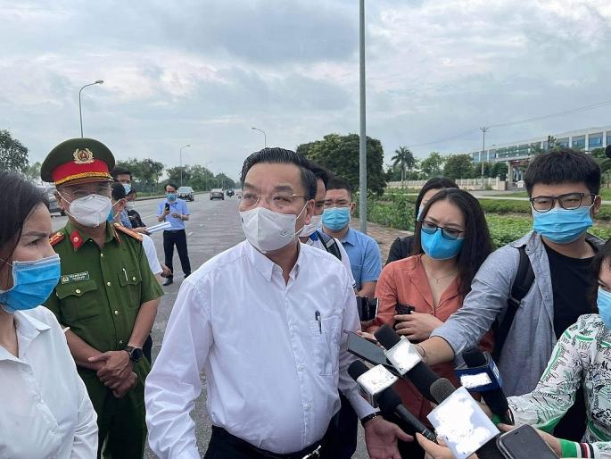 Chủ tịch UBND Thành phố Hà Nội Chu Ngọc Anh trả lời báo chí khi kiểm tra công tác cách ly tại BV Bệnh Nhiệt đới Trung ương (ảnh P.C)