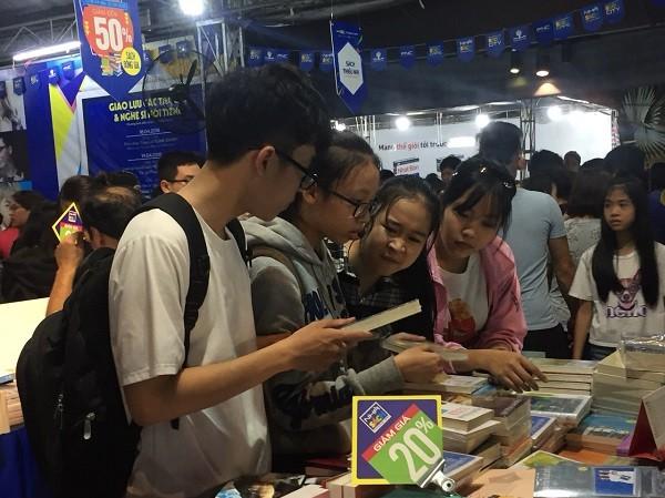 Tại hội sách Hải Châu học sinh cùng nhau chọn những đầu sách ưng ý, giúp các em hình thành thói quen đọc sách cũng như rèn luyện nhân cách con người.