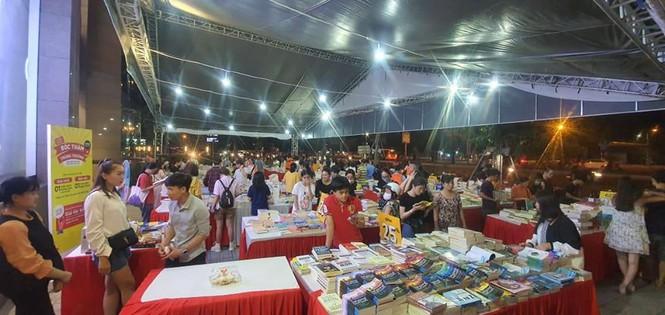 Nhiều hội sách đượctổ chức hằng năm hoành tráng với hàng ngàn đầu sách, bản sách mới được trưng bày.