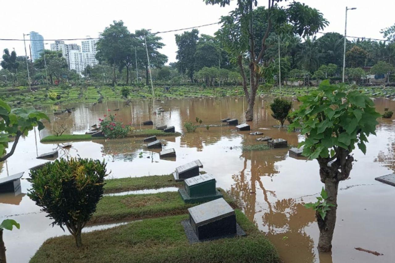 Nghĩa trang công cộng Karet Bipak ở Jakarta ngập lụt do mưa lớn. danidaniar / Shutterstock