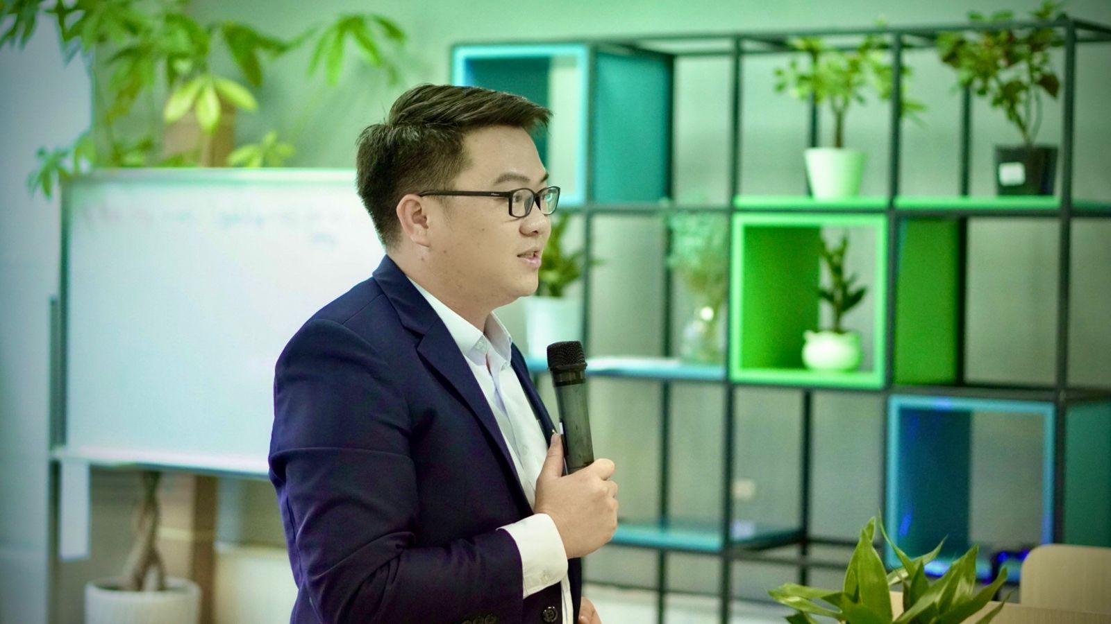 ông Đặng Phi Long - Tổng giám đốc công ty chúc mừng các nhân sự được bổ nhiệm vào chức vụ mới