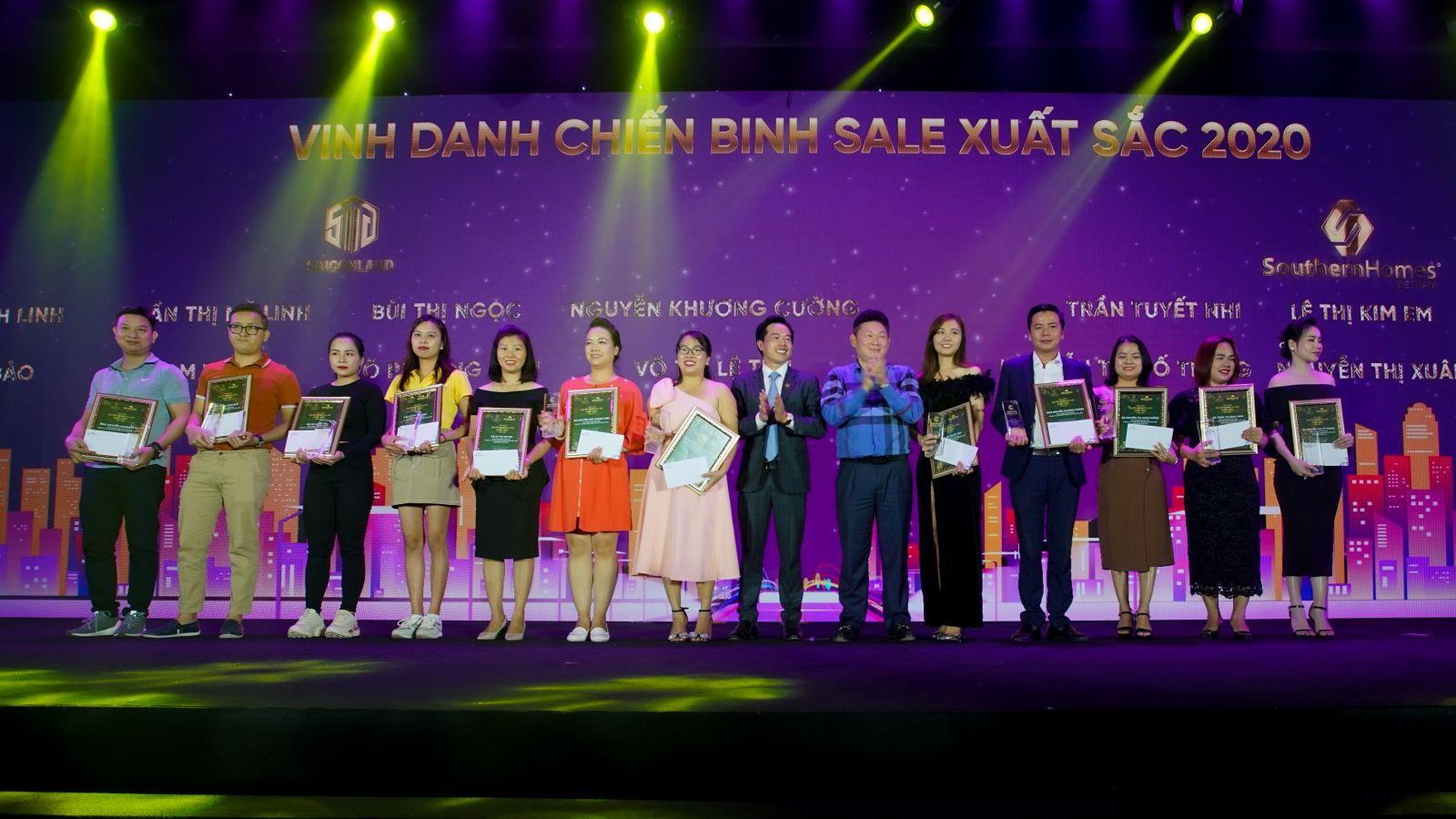 Hàng chục chuyên viên kinh doanh của các đại lý phân phối được chủ đầu tư tôn vinh, trao thưởng