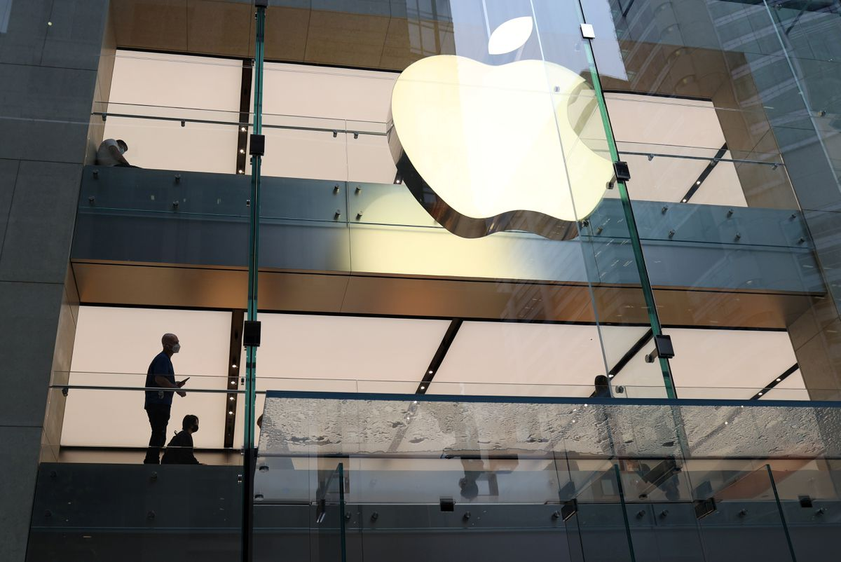 Khách hàng và nhân viên bên trong một cửa hàng Apple ở Sydney, Úc.