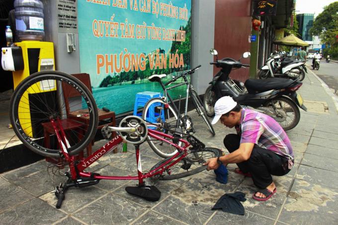 Công việc bảo trì xe đạp cũng được các cửa hàng chú trọng.