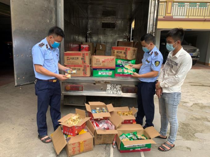 Quản lý thị trường phát hiện hàng loạt trường hợp bán bánh Trung thu nhập lậu.
