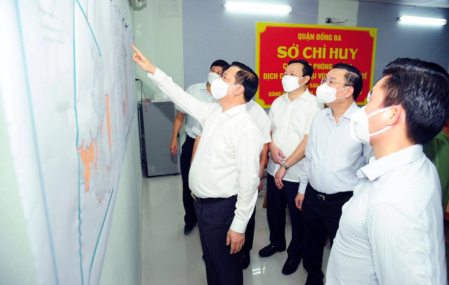 Bí thư Thành ủy Hà Nội Đinh Tiến Dũng, Chủ tịch UBND thành phố Hà Nội Chu Ngọc Anh kiểm tra công tác phòng, chống dịch Covid-19 tại Khu điều hành của Sở chỉ huy khu vực ngõ Văn Chương (quận Đống Đa).