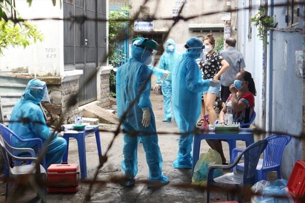 Lực lượng chức năng khoanh vùng một con hẻm trên đường Nguyễn Kiệm (phường 3, quận Gò Vấp, TPHCM) liên quan đến chuỗi lây nhiễm ở Hội thánh truyền giáo Phục Hưng