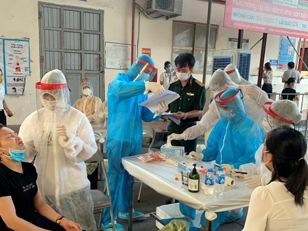 Các bác sĩ Quân y tiến hành lấy mẫu cho công nhân tại Công ty May xuất khẩu Hà Phong (Bắc Giang).