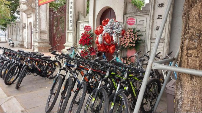 Các cơ sở cho thuê xe đạp quanh Hồ Tây khá đắt khách.