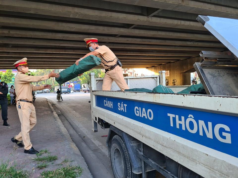 Chuẩn bị lập lán tại gầm cầu vượt Thanh Trì.