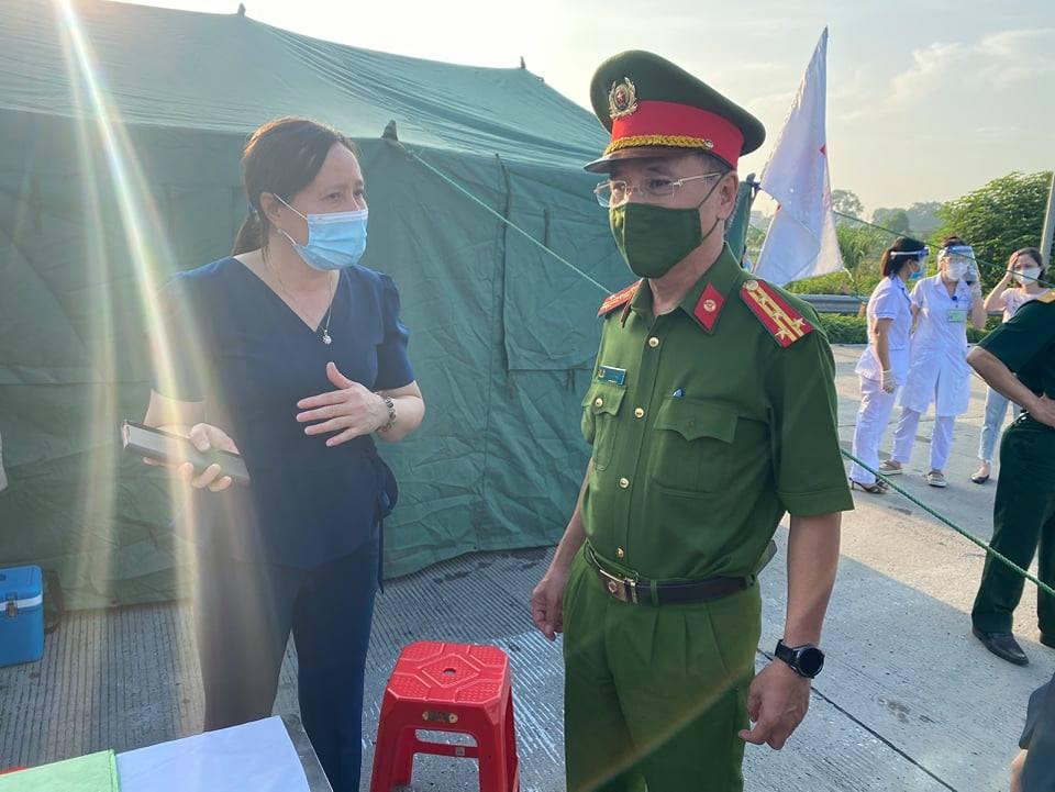 Đại tá Trần Ngọc Dương, Phó Giám đốc Công an thành phố Hà Nội kiểm tra chốt trực Pháp Vân - Cầu Giẽ.