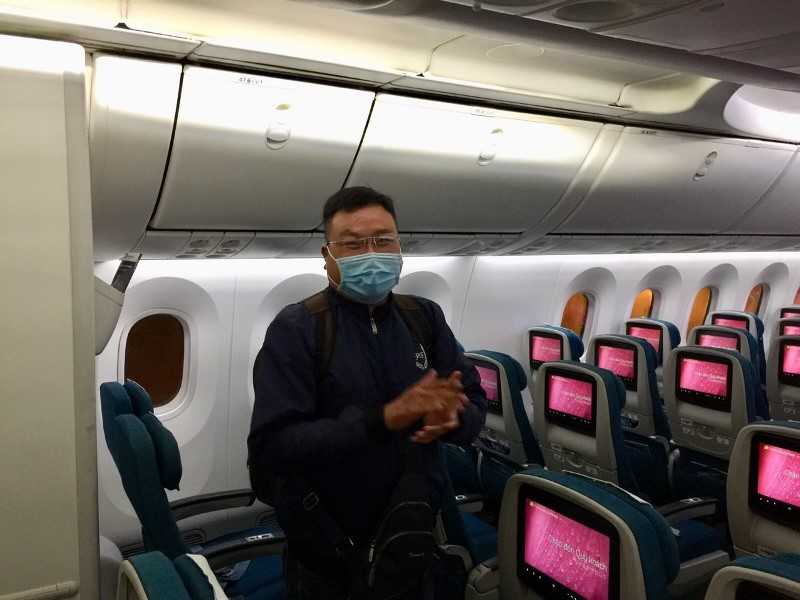 Một hành khách trên tàu vỗ tay khi được thông báo Hà Nội bỏ quy định cách ly tập trung.