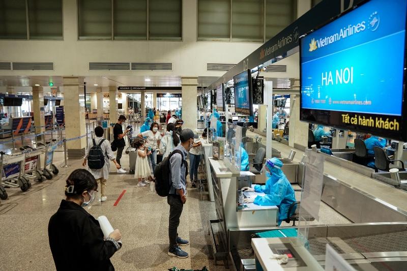 Hành khách Vietnam Airlines làm thủ tục ở quầy check-in sân bay Tân Sơn Nhất.