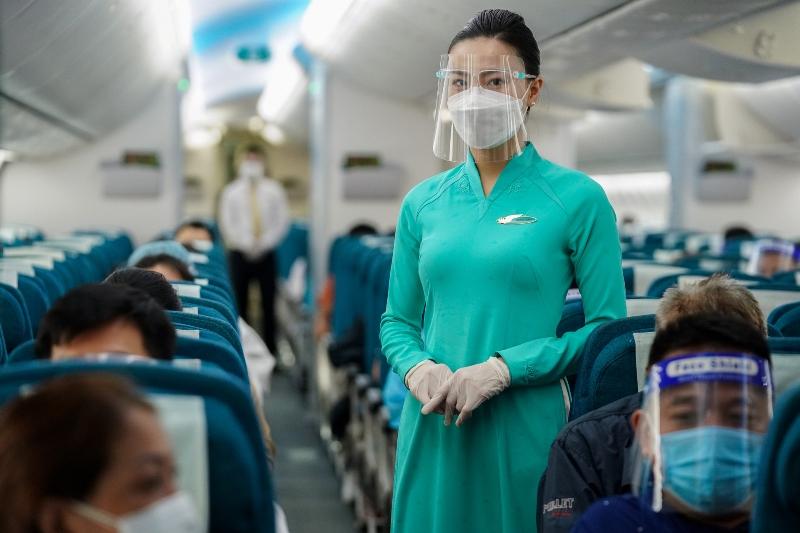 Hành khách trên tàu bay.