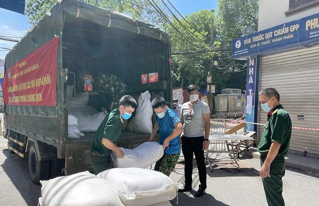 Ủy ban MTTQ quận Đống Đa phối hợp với Ban Chỉ huy quân sự quận chuyển gạo tới các khu cách ly trên địa bàn phường Văn Chương.