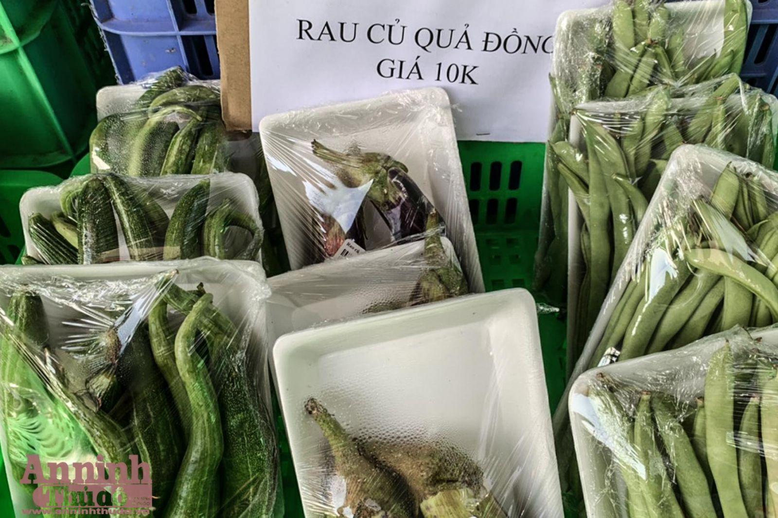 Gian hàng bán các loại rau củ quả đồng giá 10.000 đồng