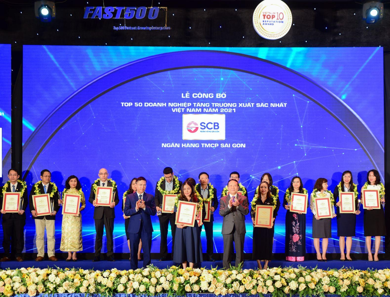 Đại diện SCB nhận giải Top 50 Doanh nghiệp tăng trưởng xuất sắc nhất Việt Nam năm 2021.