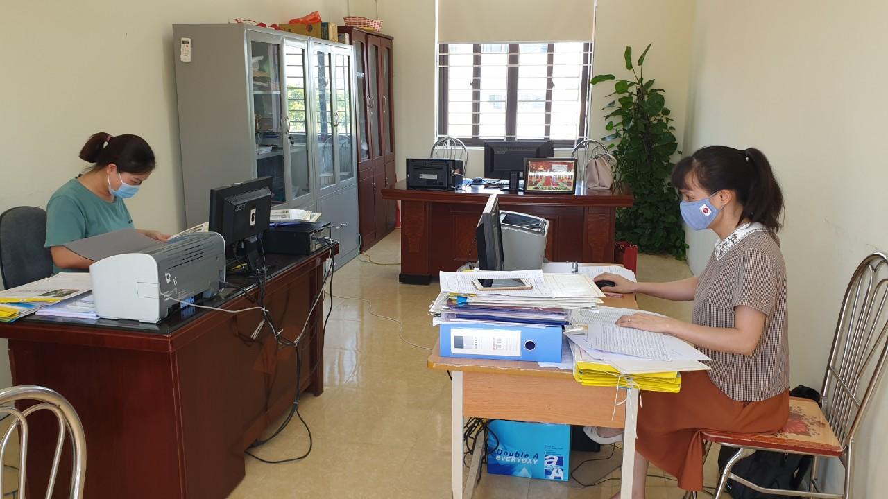 Trường Tiểu học Kim Thư (huyện Thanh Oai) bố trí cán bộ tuyển sinh trực hỗ trợ từ xa cho phụ huynh học sinh.